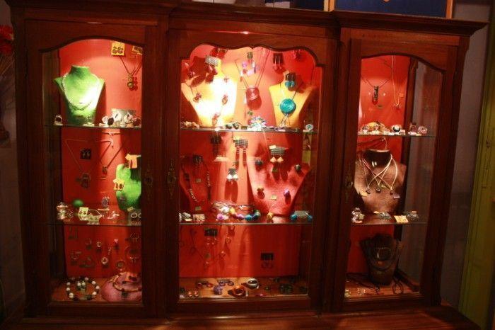 Una de las vitrinas en Platinela, tienda de artesanía