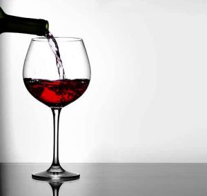 red wine pour – crop