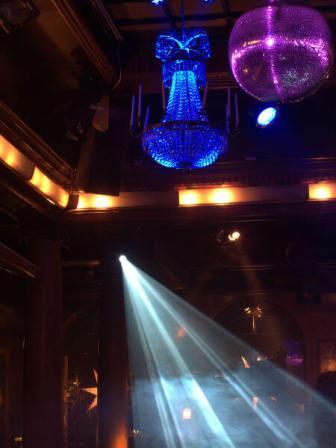 Spegelbollar, ljuskronor och movingheads på Harrys i Helsingborg
