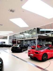 Ljussättning i en Ferrari och Maserati bilhall