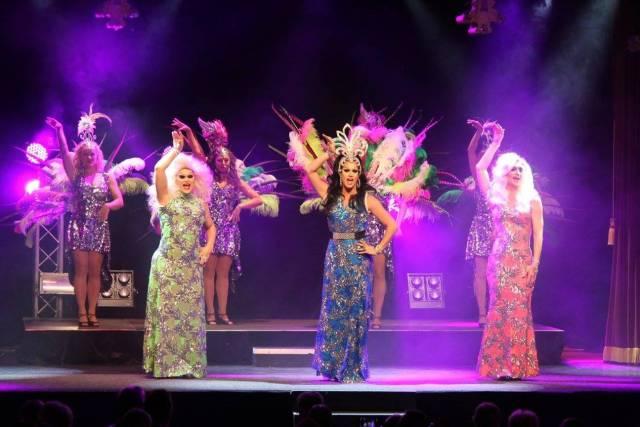Cabaret Moulin med fjädrar, klänningar och peruker