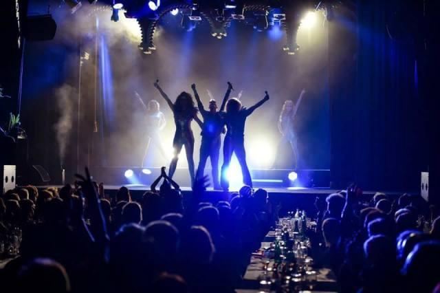 Cabaret Moulin på Moriska Paviljongen i motljus med blått och vitt ljus