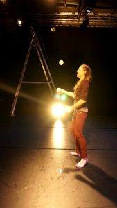 Strålkastare kan blända, samtidigt som de behövs för att cirkusartisten ska synas.