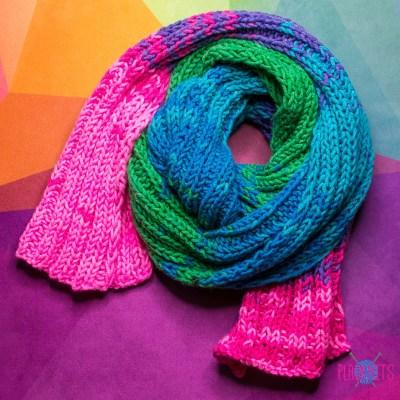 Разноцветный объёмный вязаный шарф