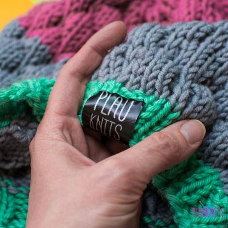 Ментолово-серо-розовая вязаная шапка Ягодка