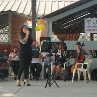Konzert in einer der Schulen in Playas - auf dem Programm stehen stets auch ecuadoranische Lieder