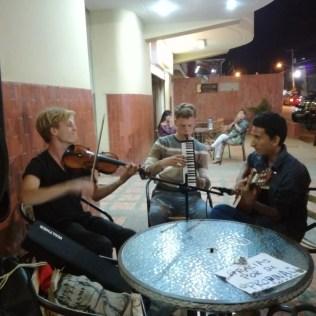 Finn, Carlitos und Tobias bei einem kleinen Konzert in einer Cafeteria