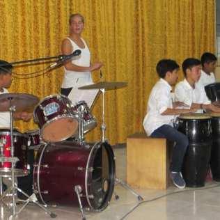 Sara und ihre Schlagzeugschüler