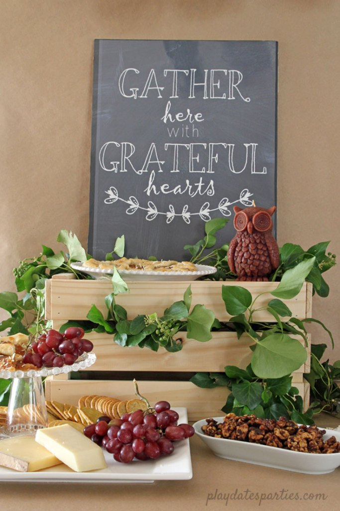 You don't have to get all fancy to create a STUNNING table. By using natural elements, and items from around your home, you can create casual, budget friendly Thanksgiving tablescapes that will be both easy and gorgeous.