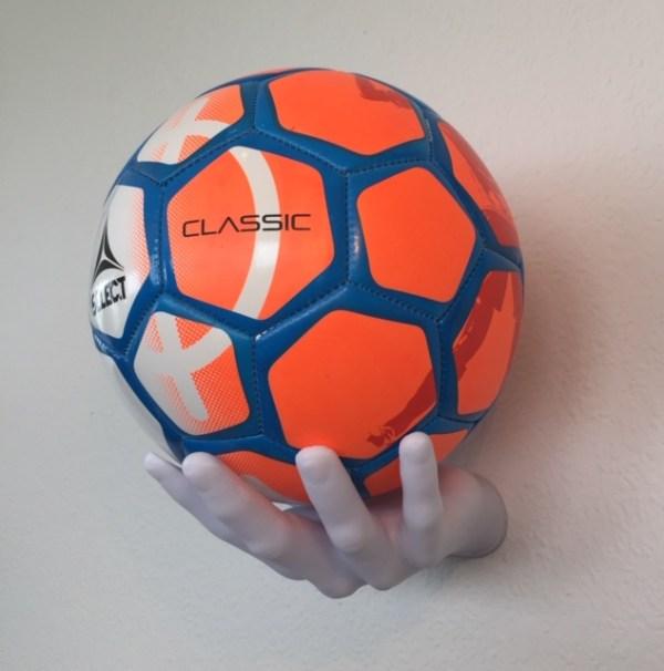 Boldholder til alle slags fodbolde og andre runde bolde. Boldholder hånden passer til alle slags størrelser af bolde.