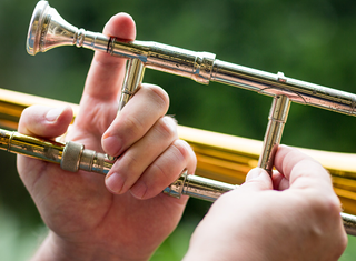 how to hold your trombone