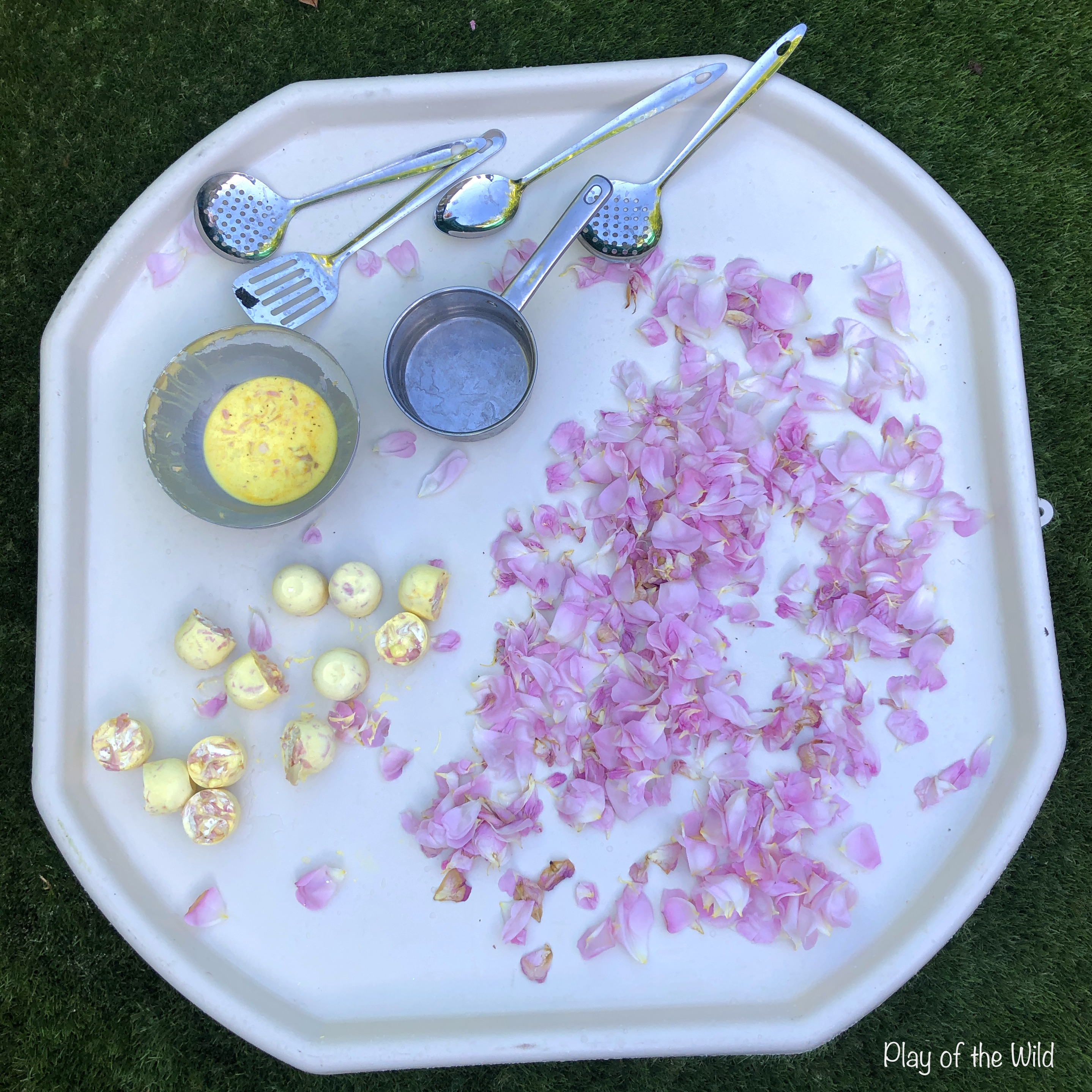 frozen oobleck tuff tray with flowers