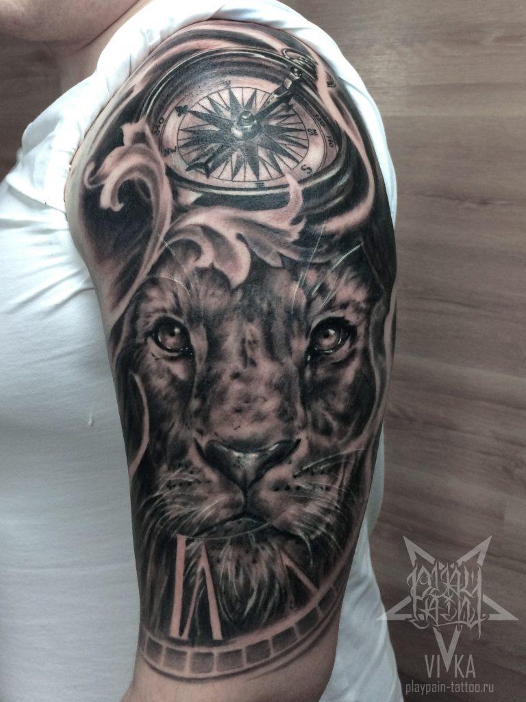 лев и компас в черно сером реализме татуировка на все плечо сделать