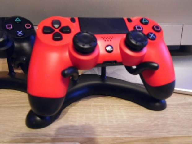Svens Cradle, powered by Gameversandhaus.de roter PS4 Dualshock Controller