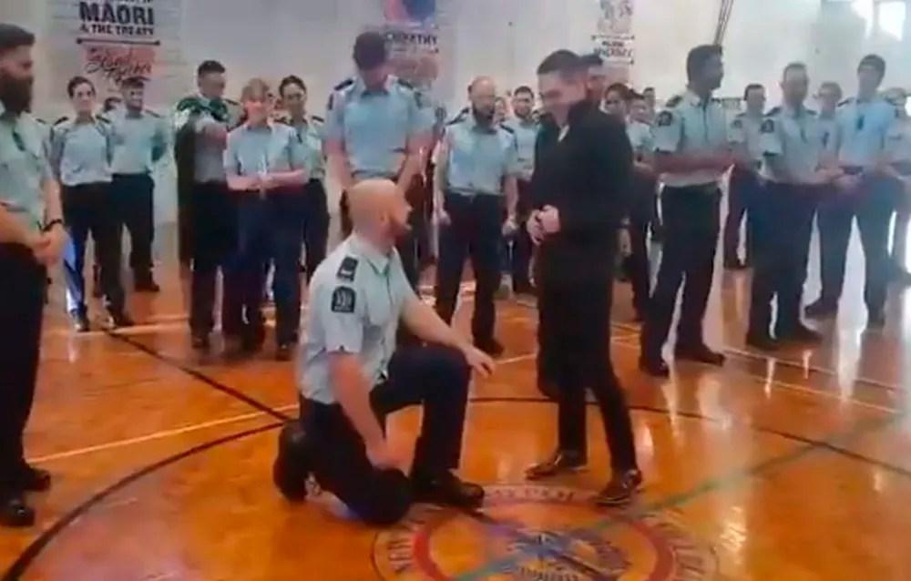 Policía le propuso matrimonio a su novio durante su graduación