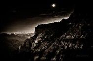 Al fondo se aprecia el haz de luces que todas las noches se encienden en el Montjuic en Barcelona.