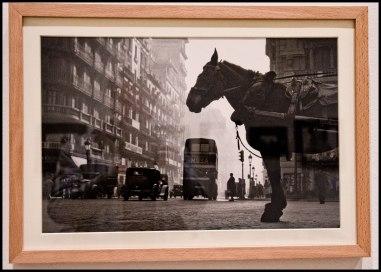 "Fotografía hecha en la exposición a la obra ""Via Laietana 1954"" de F. Català-Roca."