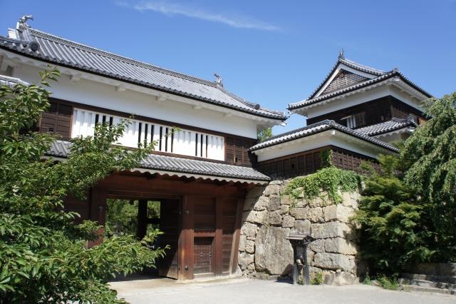 上田城の二の丸跡にある櫓と門の写真