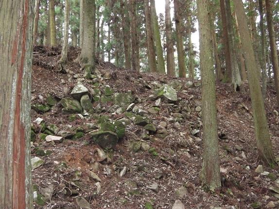 吉田郡山城跡の壊された石垣