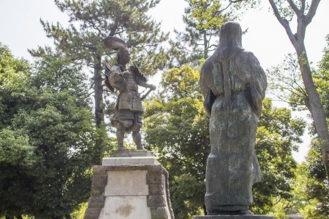 織田信長と濃姫の銅像の写真