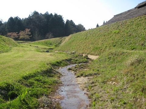 吉川元春館跡南側の掘と土塁