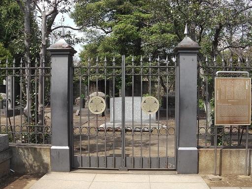 葵の御紋が掲げられた墓所の門