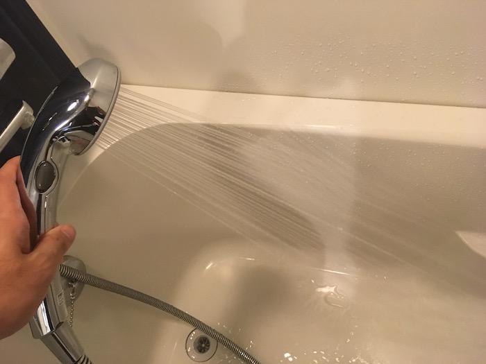シャワーの水圧を確認している写真