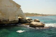 wapienne skały przy wybrzeżu