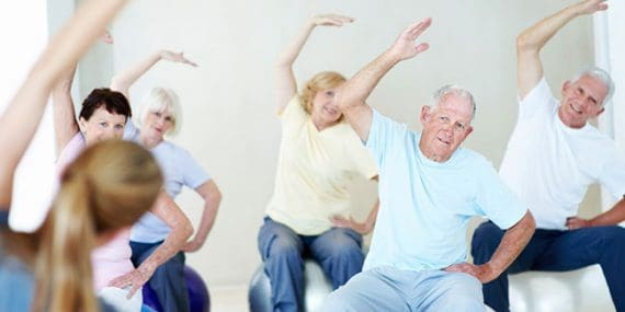 """Demencia: consejos para su prevención """"Manténgase físicamente activo"""" es la tercera parte del contenido de un folleto realizado por un equipo de expertos profesionales del área neurología y cardiología. El objetivo del folleto es difundir estilos de vida más saludables que podrían convertirse en factores de protección ante la demencia. Las diferentes partes de las publicaciones en Plena Identidad tiene por objeto describir profundamente los 5 hábitos que podría reducir el riesgo de desarrollar demencia. Manténgase físicamente activo La actividad física y el ejercicio son muy importantes para llevar una vida saludable. La actividad física y el ejercicio no son sinónimos. La actividad física es: cualquier movimiento del cuerpo en el cual los músculos se contraen y el metabolismo aumenta. El ejercicio es un programa estructurado de actividad, es decir: una subcategoría de la actividad física. Demencia: consejos para su prevención """"Manténgase físicamente activo"""" Beneficios de la actividad física: • Menos riesgos de: muerte temprana, enfermedad cardiaca, presión arteriaralta, diabetes, cáncer de colon, demencia, depresión y ansiedad. • Ayuda a mantener: mantener peso corporal, incremento del calcio en los huesos, mejora el equilibrio, el nivel de energía, la sensación de bienestar. Para incorporar ejercicios físicos es importante concurrir a un profesional de la salud idóneo . Desde la Terapia Ocupacional se trabaja la construcción e implementación de una rutina equilibrada, que contenga las actividades de la vida diaria básicas (AVDB) e instrumentales (AVDI), de productividad y de tiempo libre. Las actividades deben ser significativas para quienes la desempeñan. Demencia: consejos para su prevención """"Cuide su corazón"""", es el segundo de una serie de post en los cuales se desarrollaran cada uno de estos hábitos saludables, el próximo será """"Manténgase físicamente activo"""""""