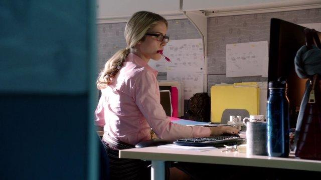 Felicity Smoak (Emily Bett Rickards) en la temporada 1 de Arrow. Imagen: Stephen Amell Twitter (@Stephen Amell).