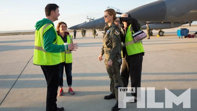 Los directores Anna Boden y Ryan Fleck conversando con Brie Larson como Carol Danvers en el set de Captain Marvel (2019). Imagen: GamesRadar