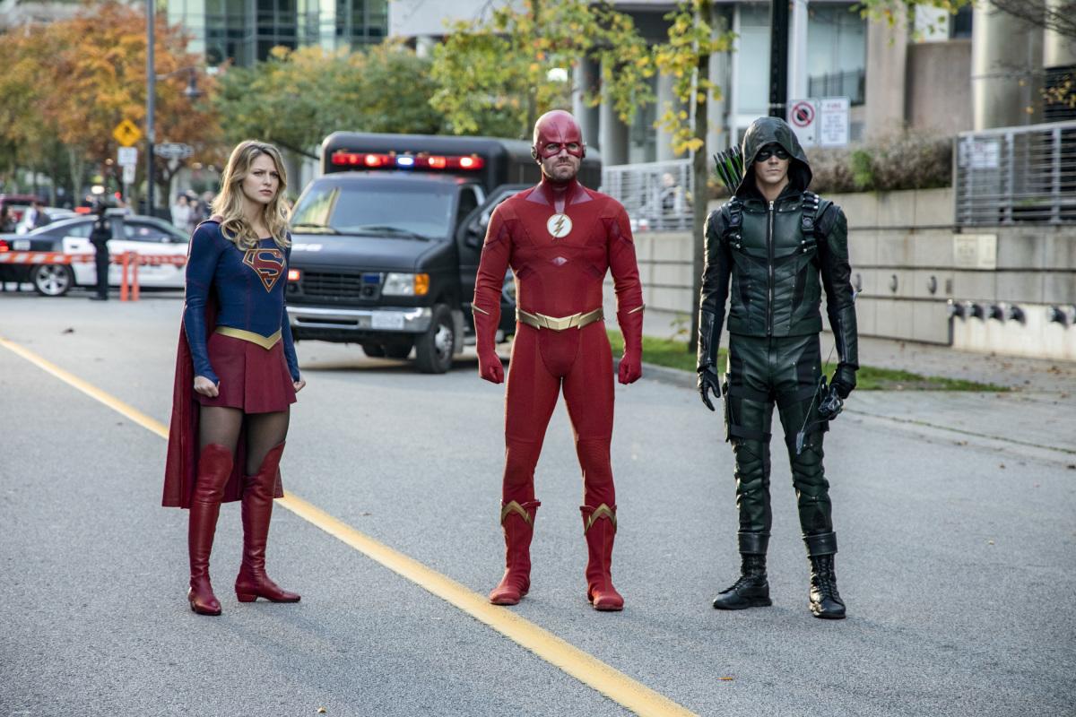 Supergirl (Melissa Benoist), Flash (Stephen Amell) y Green Arrow (Grant Gustin) en Elseworlds. Imagen: Jack Rowand/The CW.