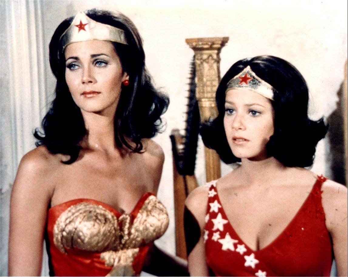 Wonder Woman (Lynda Carter) y Wonder Girl (Debra Winger) en la temporada 1 de Wonder Woman (1975-1979). Imagen: pinterest.com