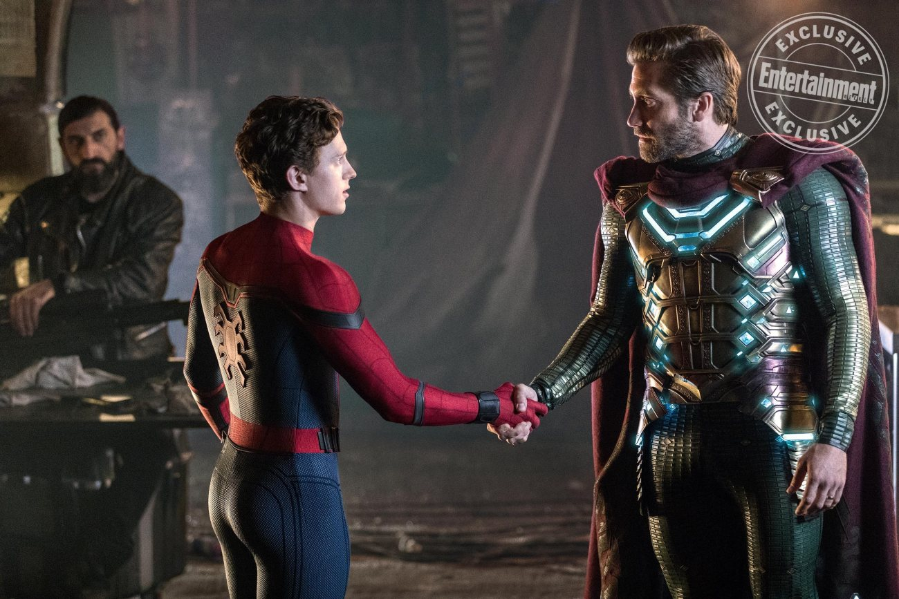 Dimitri (Numan Acar), Peter Parker/Spider-Man (Tom Holland) y Quentin Beck/Mysterio (Jake Gyllenhaal) en Spider-Man: Far From Home (2019). Imagen: Sony Pictures/Entertainment Weekly