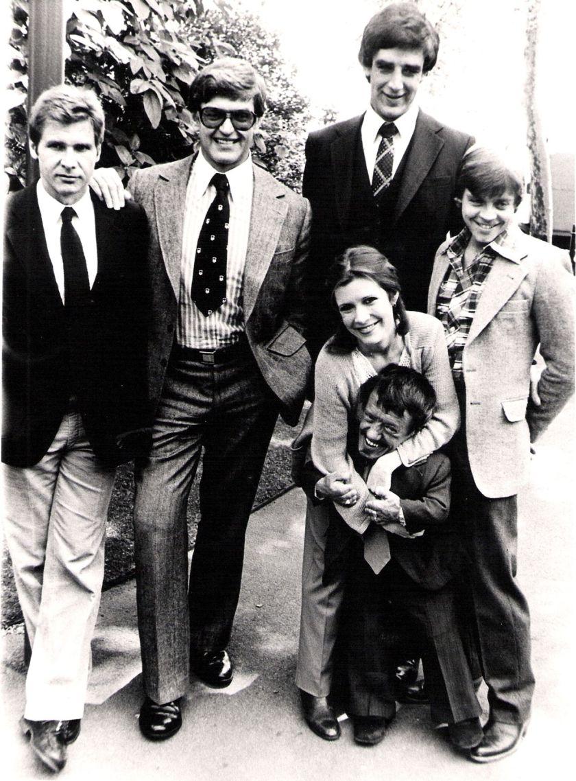 El elenco de Star Wars (1977) detrás de cámaras: Harrison Ford, David Prowse, Carrie Fisher, Peter Mayhew, Mark Hamill y Kenny Baker. Imagen: pinterest.com