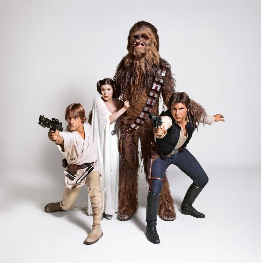 Luke Skywalker (Mark Hamill), la Princesa Leia Organa (Carrie Fisher), Chewbacca (Peter Mayhew) y Han Solo (Harrison Ford) en Star Wars (1977). Imagen: pinterest.com