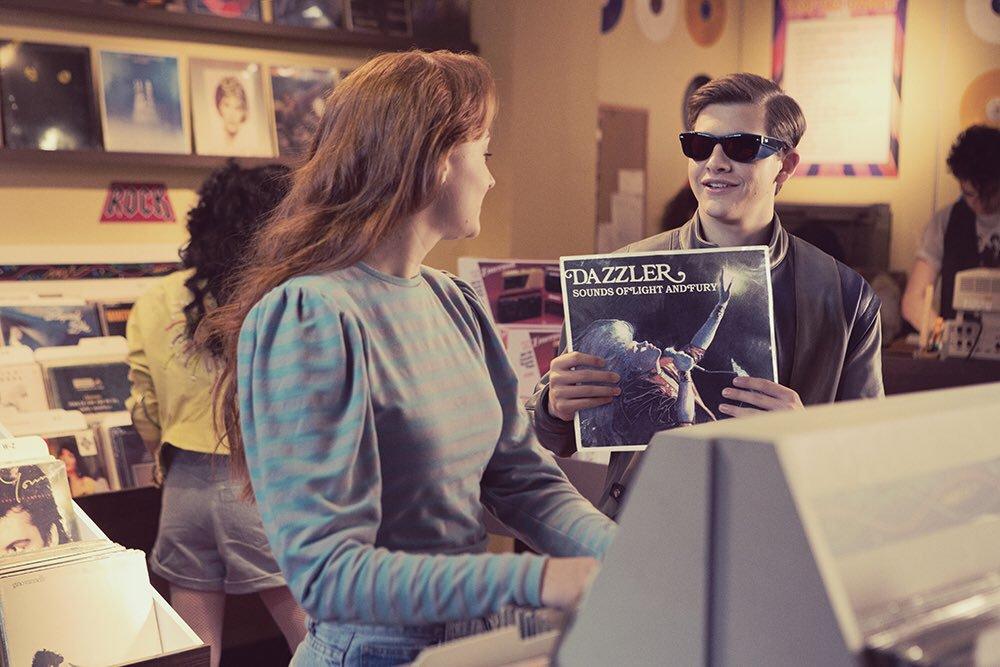 Jean Grey (Sophie Turner), Scott Summers (Tye Sheridan) y el disco de Dazzler en una escena eliminada de X-Men: Apocalypse (2016). Imagen: Sophie Turner Twitter (@SophieT).