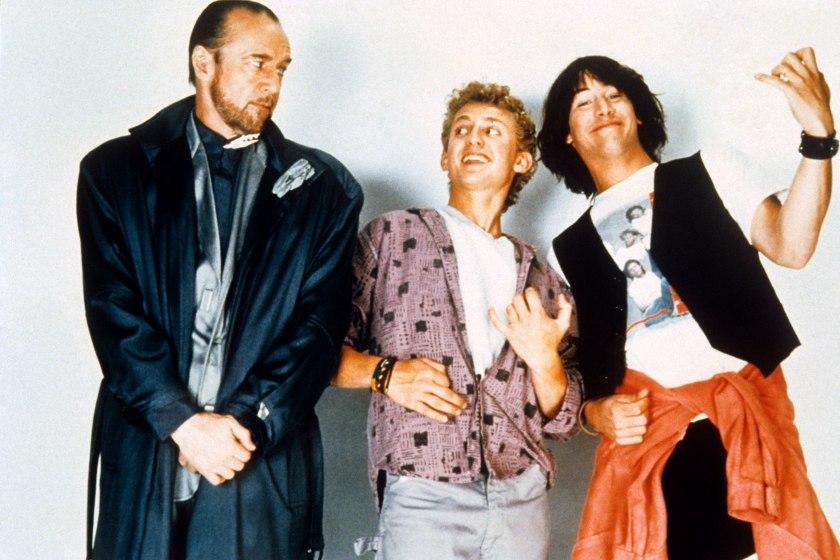 Recordando a George Carlin (1937-2008) como Rufus, el mentor de Bill (Alex Winter) y Ted (Keanu Reeves). Imagen: Orion Pictures/Everett Collection.