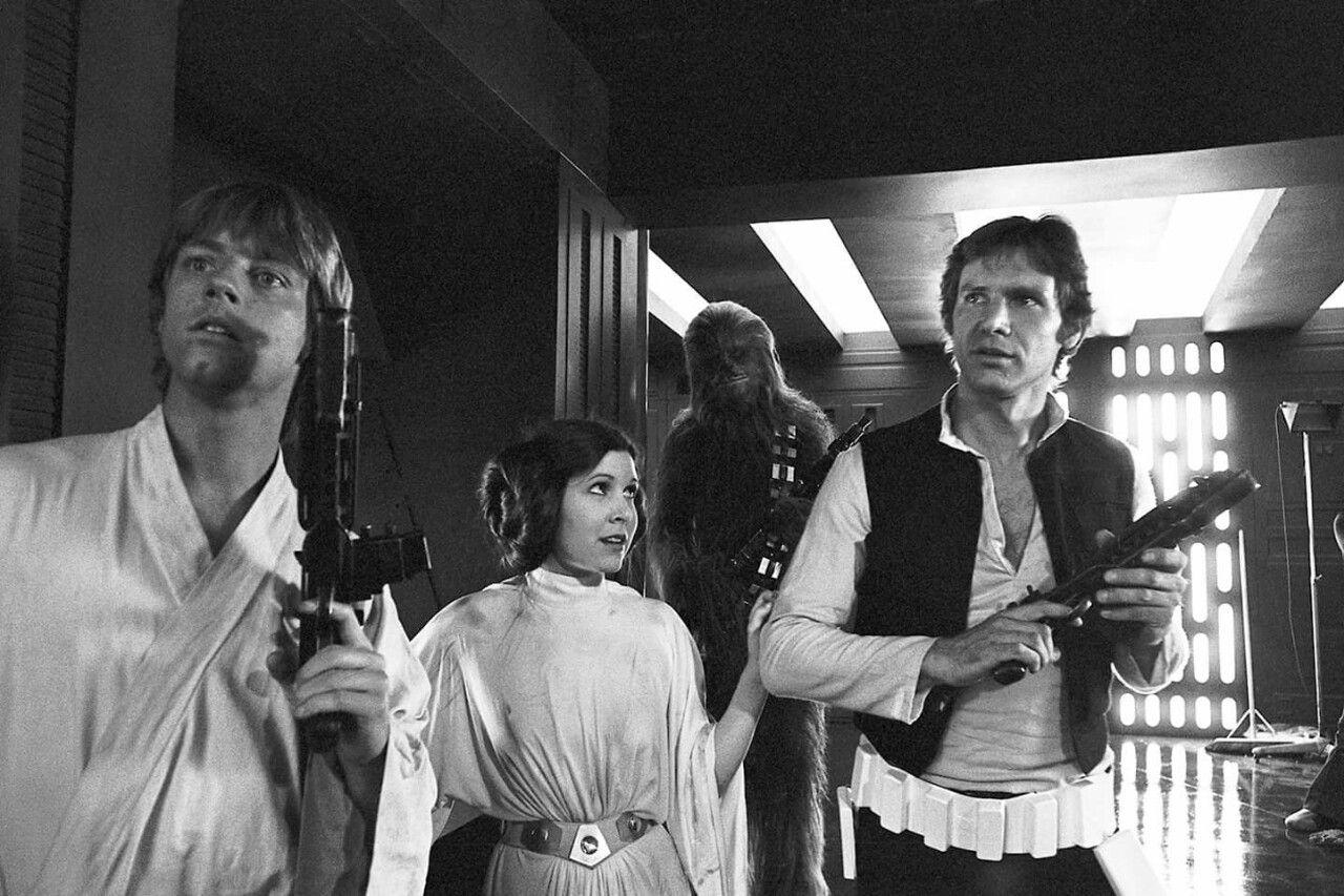 Mark Hamill como Luke Skywalker, Carrie Fisher (1956-2016) como la Princesa Leia Organa, Peter Mayhew (1944-2019) como Chewbacca y Harrison Ford como Han Solo en el set de Star Wars (1977). Imagen: pinterest.com
