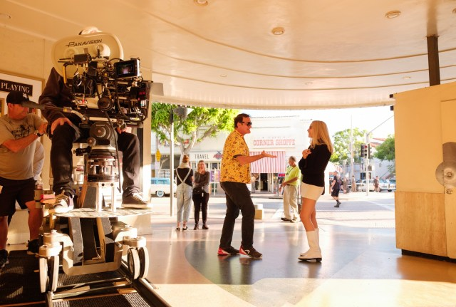 El director Quentin Tarantino y Margot Robbie como Sharon Tate conversando en el set de Once Upon a Time in Hollywood (2019). Imagen: Andrew Cooper/Columbia
