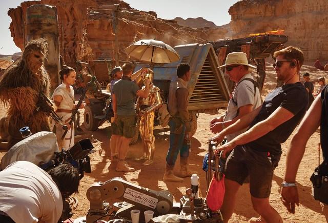 Joonas Suotamo como Chewbacca, Daisy Ridley como Rey, Anthony Daniels como C-3PO y John Boyega como Finn en el set desértico de Star Wars: The Rise of Skywalker (2019). Imagen: Annie Leibovitz/Vanity Fair