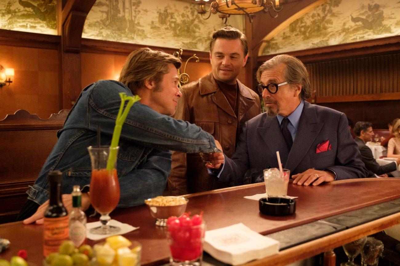 Brad Pitt como Cliff Booth, Leonardo DiCaprio como Rick Dalton y Al Pacino como Marvin Schwarzs en Once Upon a Time in Hollywood (2019). Imagen: Andrew Cooper/Columbia