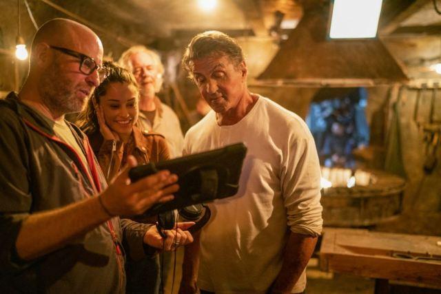 El director Adrian Goldberg, Yvette Monreal como Gabrielle y Sylvester Stallone como John Rambo en el set de Rambo: Last Blood (2019). Imagen: Zima Entertainment