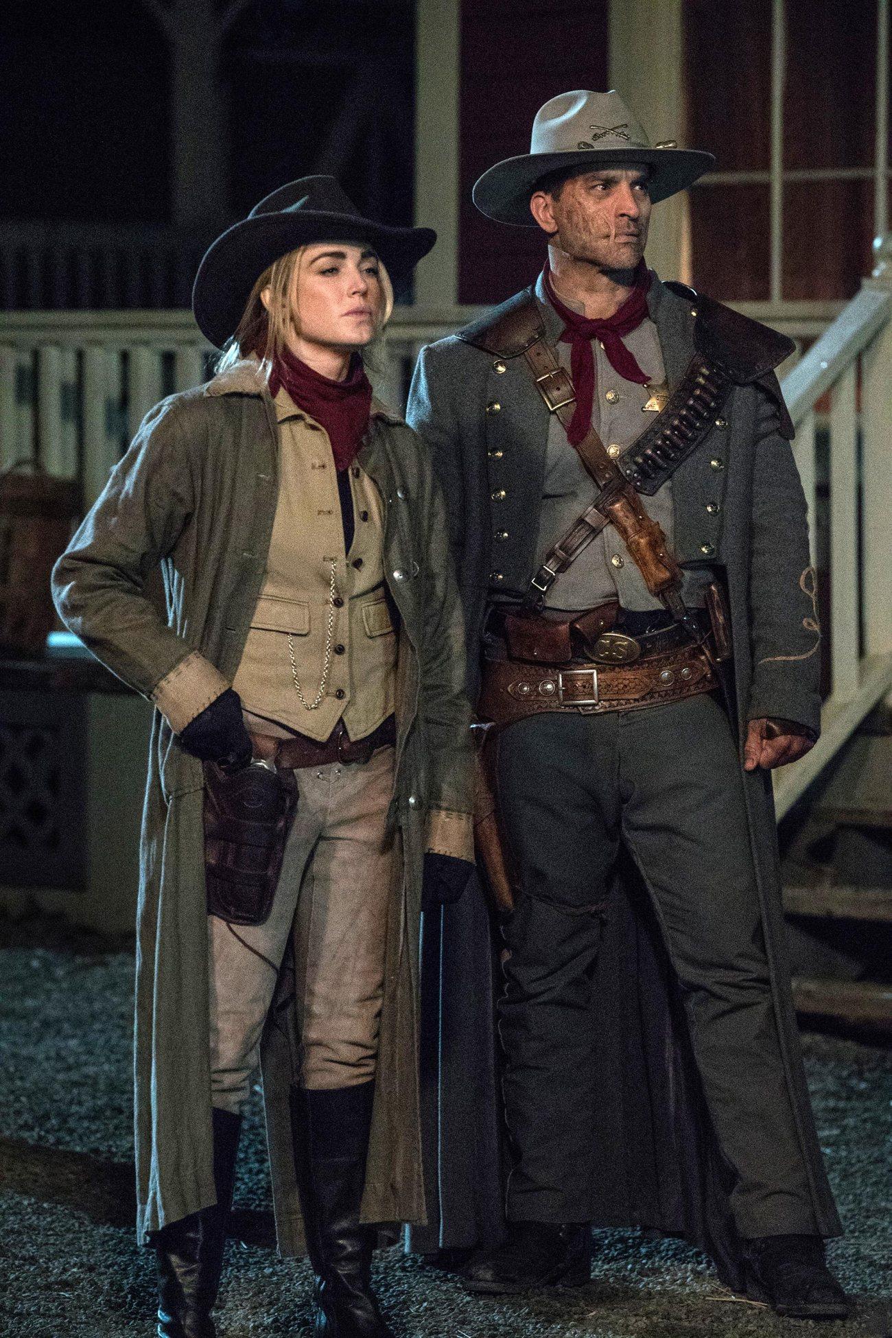 Caity Lotz como Sara Lance/White Canary y Johnathon Schaech como Jonah Hex en DC's Legends of Tomorrow. Imagen: Jack Rowand/The CW