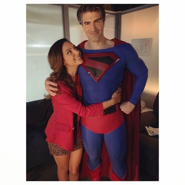 Tala Ashe como Zari Tomaz y Brandon Routh como Superman (Kingdom Come) en el set de Crisis on Infinite Earths. Imagen: Tala Ashe Instagram (@talaashe).