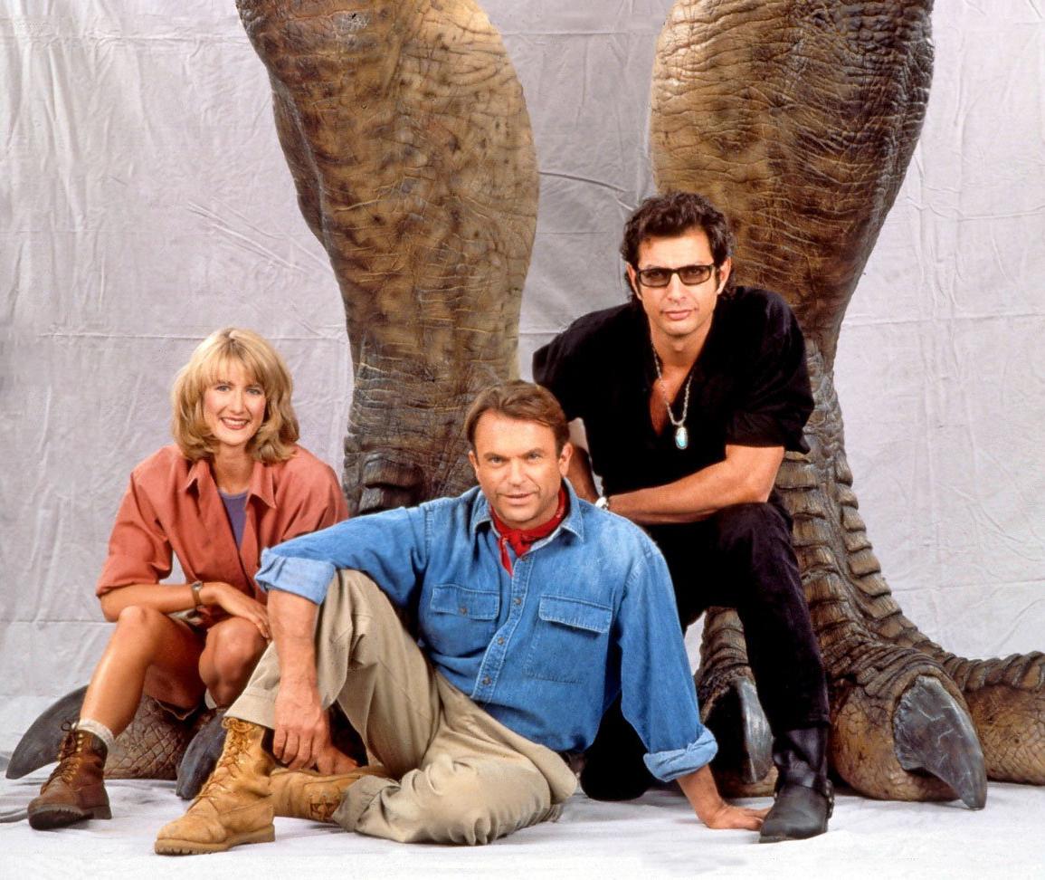 La Dra. Ellie Sattler (Laura Dern), el Dr. Alan Grant (Sam Neill) y el Dr. Ian Malcolm (Jeff Goldblum) en Jurassic Park (1993). Imagen: jurassicvault.com