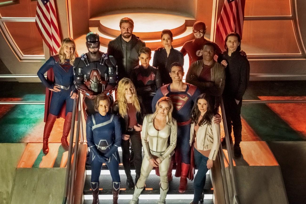 Los héroes posando para la fotografía en Crisis on Infinite Earths: Part One. Imagen: Katie Yu/The CW