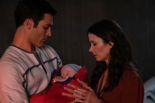 Clark Kent (Tyler Hoechlin), Lois Lane (Elizabeth Tulloch) y su hijo en Crisis on Infinite Earths: Part One. Imagen: Katie Yu/The CW