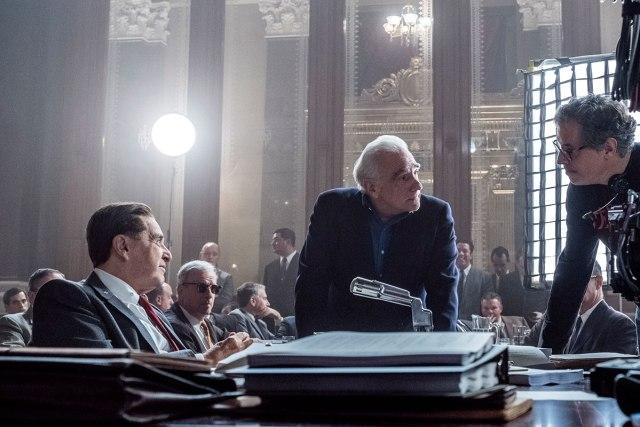 Al Pacino como Jimmy Hoffa, el director Martin Scorsese y el cinefotógrafo Rodrigo Prieto en el set de The Irishman (2019). Imagen: IMDb.com