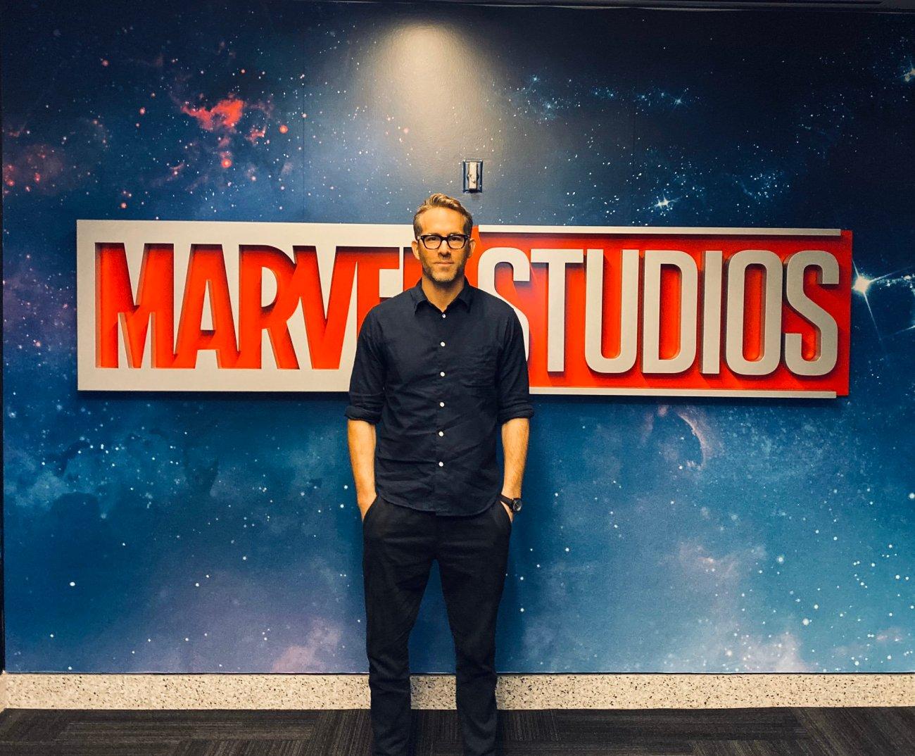 Ryan Reynolds en las oficinas de Marvel Studios. Imagen: Ryan Reynolds Twitter (@VancityReynolds).